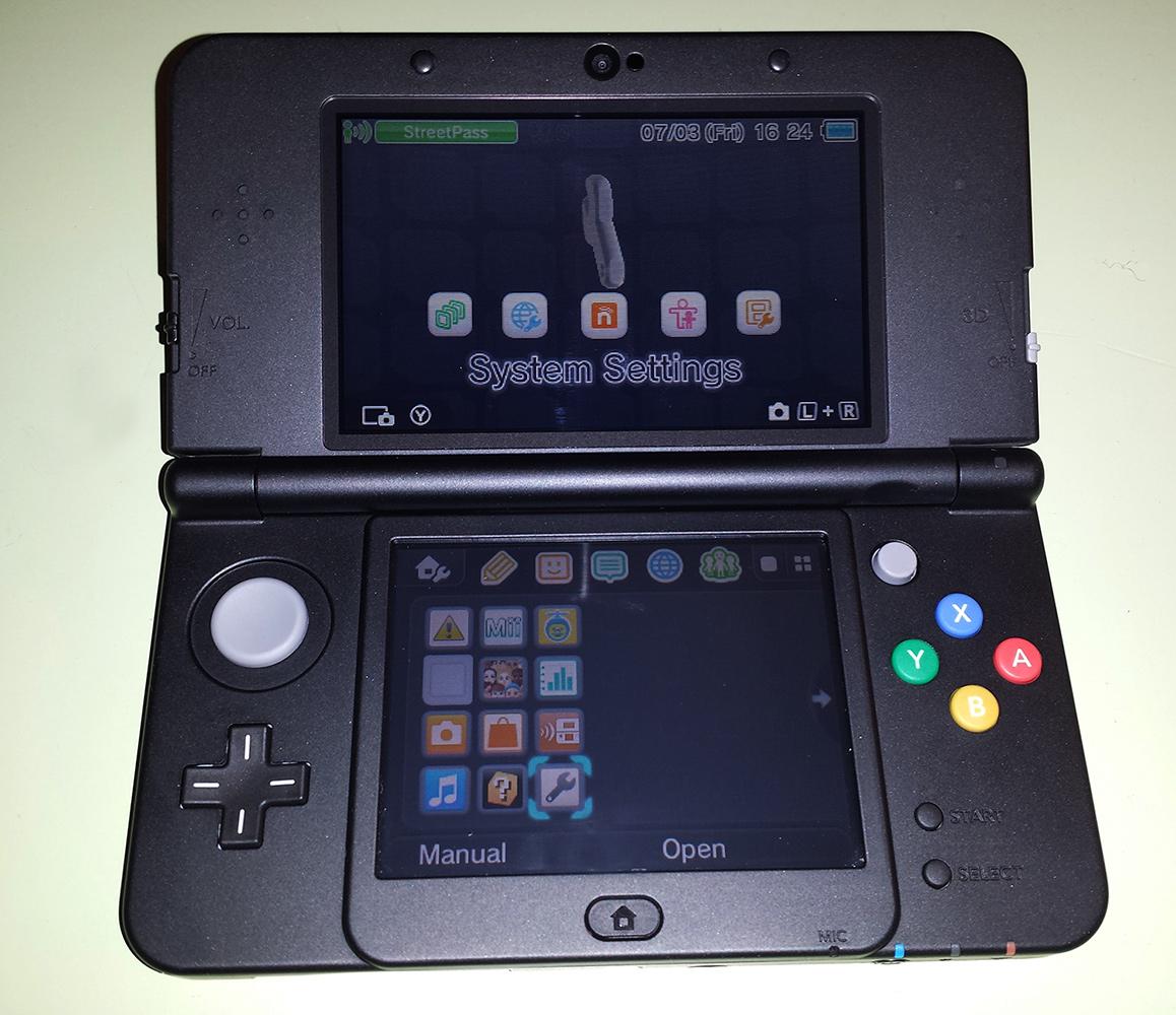 New Nintendo 3DS jest młodszym bratem konsoli 3DS, która do sprzedaży trafiła w roku 2011. Posiada szereg usprawnień względem poprzednika, które w skrócie postaram się tutaj opisać. N3DS_rascal.pl_002